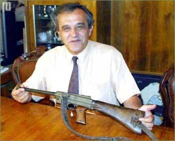 Moikom Zeqo, ravnatelj Albanskog povijesnog muzeja pokazuje pušku kojom je smaknut Mussolini