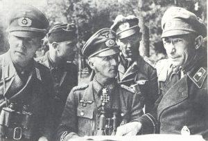 General der Panzertruppe Hasso von Manteuffel (sredina) s oficirima divizije Grossdeutschland, Ardeni, 1944/45.