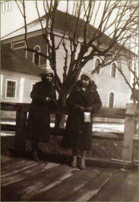 Žene ispred čakovčke sinagoge (Izvor: Kalšan, V. Židovi u Međimurju)