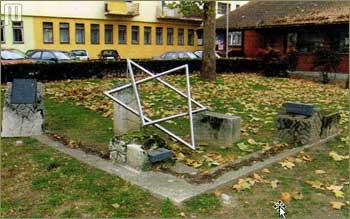 Spomen – obilježje postavljeno 1997. godine na mjestu gdje je prije bila židovska sinagoga