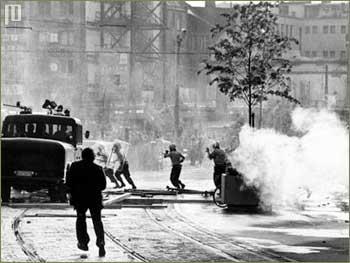 Ulične borbe u Frankfurtu na Majni nakon radi smrti Ulrike Meinhof