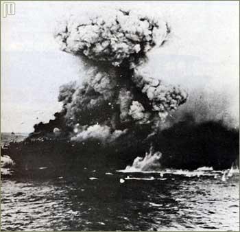CV Lexington u trenutku primanja coup de grace pogotka s razarača Phelps