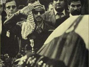 Predsjednik Izvršnog odbora PLO Jasser Arafat (prekršio je protokol - bacio se pred Titov kovčeg i plakao je pola sata)