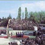 Nakon himne Internacionale i jugoslavenske himne u 15.15 sati spušten je mramorni pokopac na Titov grob