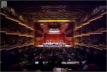 Dvorana Avery Fisher, unutar Lincoln centra, u kojoj 'stanuje' Filharmonija New Yorka. Dvorana se koristi za vrlo raznolike događaje, ne samo za koncerte