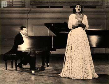 Marian Anderson (1897-1993) bila je prva Amerikanka afričkoga porijekla koja je angažirana da pjeva u Metropolitan operi, i to upravo te 1955. godine, kao Ulrica u operi Bal pod maskama. Te iste godine i prvi Amerikanac afričkoga porijekla, Robert McFerrin, također je angažiran u Metropolitan operi