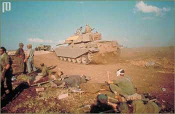 Izraelski tenk prolazi pokraj ranjenika
