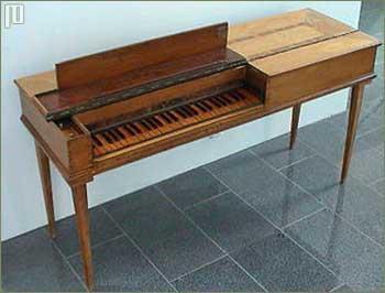 Model četvrtastog – jednostavnijeg i jeftinijeg fortepiana. Na slici je primjerak instrumenta iz 1780. godine, graditelja Johanna Conrada Bürgyja.