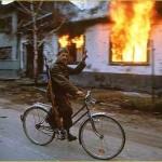 Srpski rezervist na biciklu u zapaljenom Vukovaru
