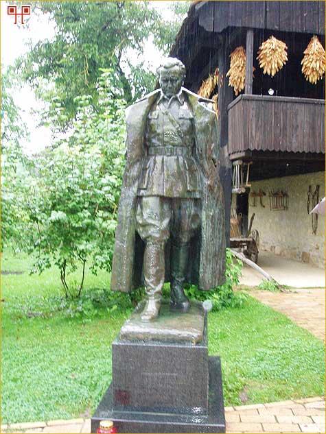 Spomenik pokraj rodne kuće u Kumrovcu