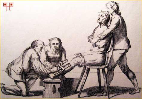 Mučenje španjolskom čizmom (desno) i sama španjolska čizna (dolje) - Izvor: Malj koji ubija vještice