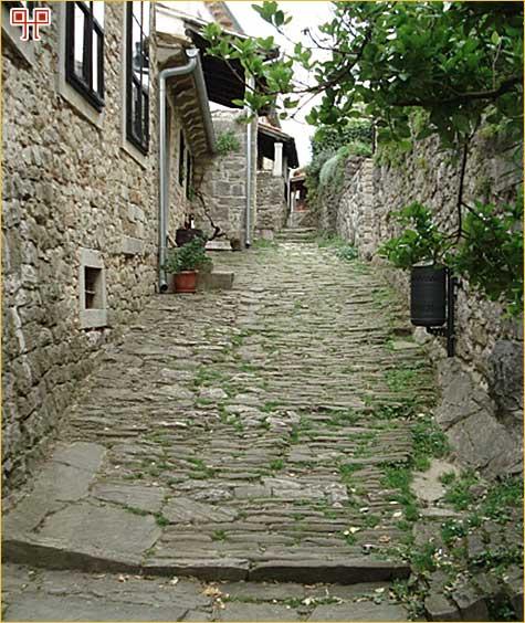 um je do danas zadržao stari srednjovjekovni izgled. Detalj s jedne humske ulice.