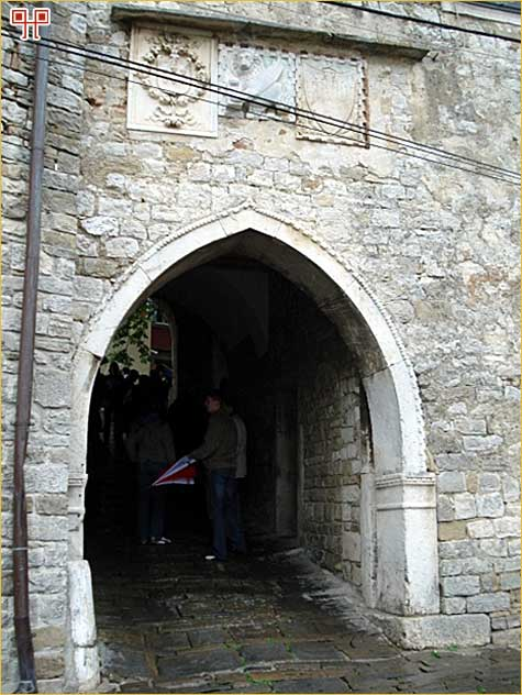 Gotička vrata na ulazu u Motovun