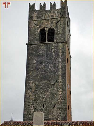 Četverokutna zvonik-kula na glavnom motovunskom trgu