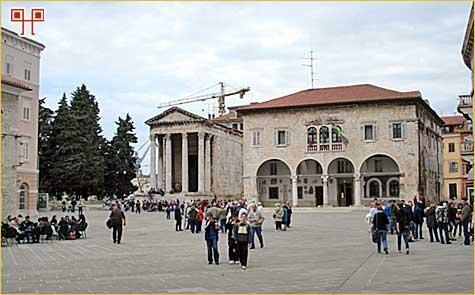 Hram Augusta i Rome pokraj gradske vijećnice na bivšem rimskom forumu