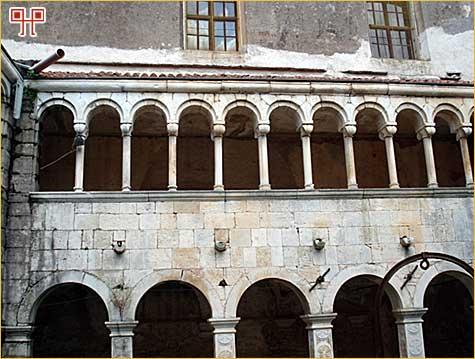 Dio renesansnog prizemlja i gornjeg, romaničkog kata u klaustru samostana