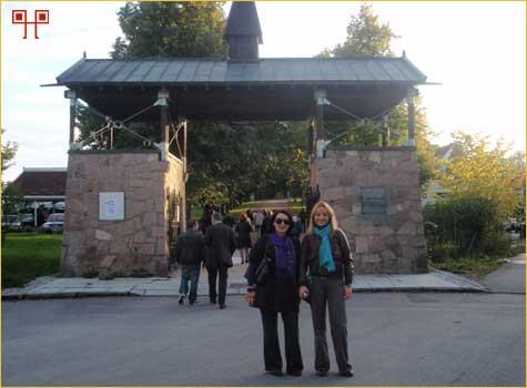 Josipa Gračanin i Sonja Bančić na ulasku u Centar za izučavanje holokausta i vjerskih manjina