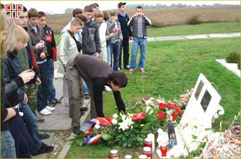 Učenici polažu vijenac na mjestu masovne grobnice na Ovčari