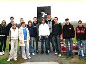Učenici pred spomenikom na Ovčari s profesoricom Lovorkom Vidić