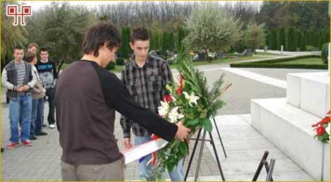 Učenici polažu vijenac na Memorijalnom groblju