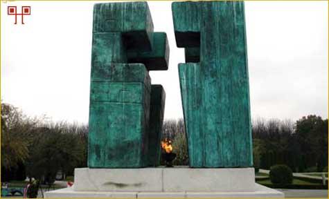 Središnji spomenik u obliku križa na Memorijalnom groblju
