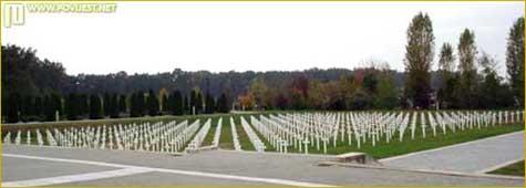 Na memorijalnom groblju postavljeno je 938 bijelih križeva kao sjećanje na dosad identificirane žrtve iz te masovne grobnice