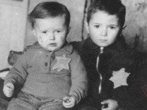 Braća Rosenthal u getu Kovno, veljača 1944. godine - dvogodišnji Emanuel i petogodišnji Avraham - mjesec dana kasnije ubijeni su u logoru Majdanek. (Yad Vashem Photo Archives 4789)