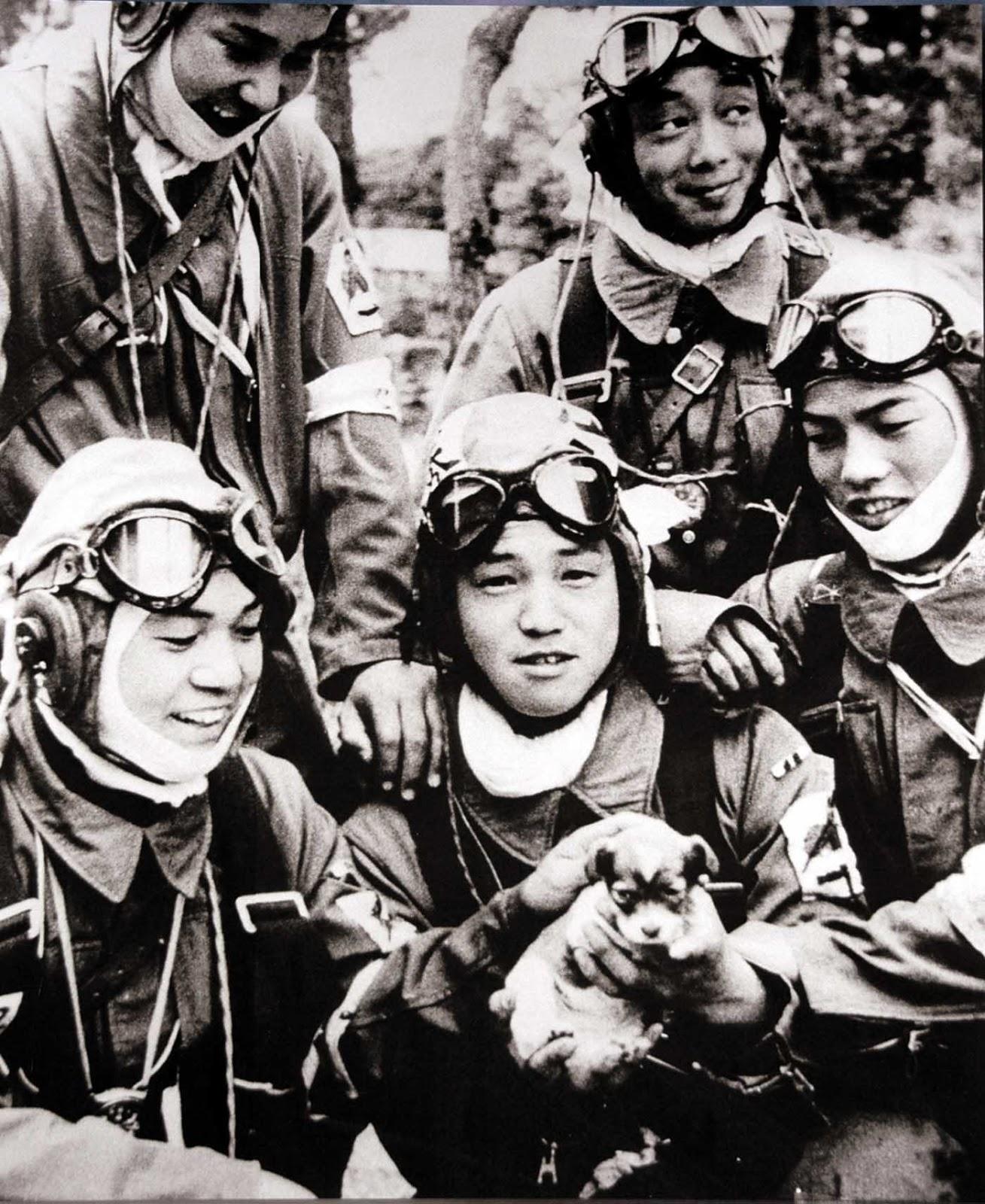 Kaplar Yukio Araki u rukama drži psa dan prije odlaska u samoubilačku misiju (1945.)