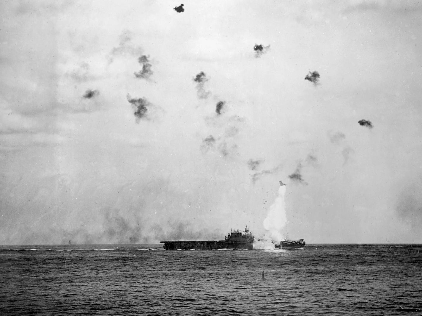 Nosač USS Enterprise CV-6 - pogodak kamikaze 14. svibnja 1945.