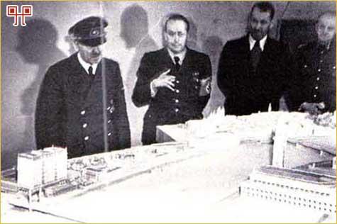 Hitler i sljedbenici u bunkeru ispod Berlina, u posljednjim danima Drugog svjetskog rata, promatraju maketu grada Linza i Fuhrerovog muzeja