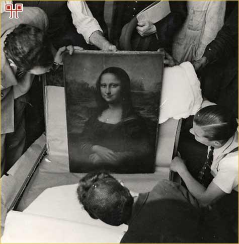 Mona Lisa, fotografirana 1945. pri povratku u muzej Louvre. Nekoliko je puta tijekom rata premještana na razna skrovišta diljem Francuske