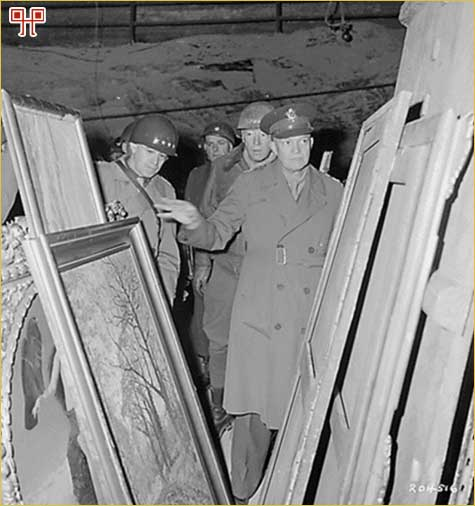 Gen. Eisenhower, gen. George Patton i gen. Omar Bradley (1945. godine) pregledavaju umjetničke slike pronađene u jednom od rudnika u Njemačkoj