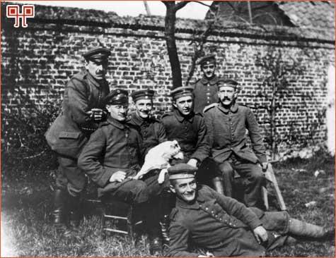 Poslije mobilizacije 1914. godine – sa lijeva na desno: stoje: Sperl (München), Litigraph, Max Mund (München), Vergolder, sjede: Georg Wimmer (München), Strassenbahner, Josef Inkofer (München) Lausamer (Fallen), Hitler, leže: Balthasar Brandmayer (Bad Aibling)