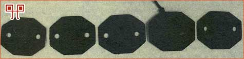 Dolaskom izbjeglica u logore Egipta vršen je popis od strane vojne engleske komande,zadužene za zbjegove.Tad su dobivane i male osmerokutne pločice(bakelit,osnovica a=1,5 cm),s dvije rupice kroz koje se provlačio konop i ona se nosila oko vrata.Na logorskoj ploči bio je utisnut registarski broj. Cijeli dalmatinski zbjeg upisan je od broja 20000 do 51000.