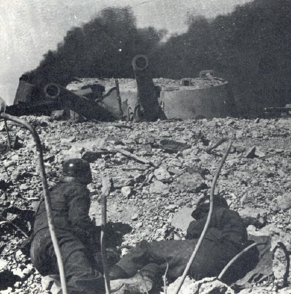 Njemački pioniri pred oklopnom kupolom sevastopoljske baterije Maksim Gorki
