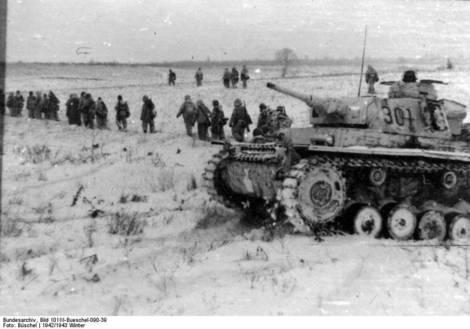 Tenkovi i grenadiri 4. oklopne armije marširaju prema Staljingradu kroz zaleđenu stepu