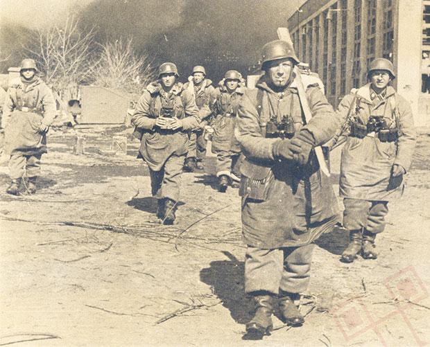 Waffen-SS grenadiri ispred tvornice traktora u Harkovu