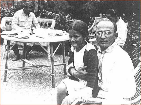 Berija sa Svetlanom u naručju i Staljinom u pozadini