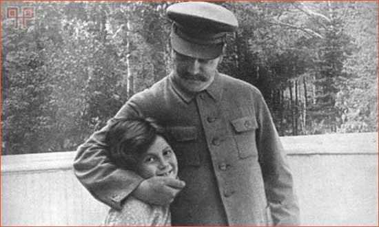 Svetlana Alliluyeva Stalin snimljena sa ocem 1933. godine. 1967. je emigrirala u SAD, dobila američko državljanstvo i preimenovala se u Lanu Peters.