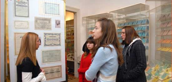 Melita Jesih Matić, voditeljica Hrvatskog bankovnog muzeja PBZ, objašnjava učenicama djelatnost Muzeja te povijest novca, skripofilija i štednje.