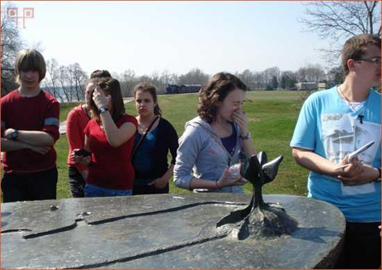 Učenici pored reljefa slušaju kustosicu