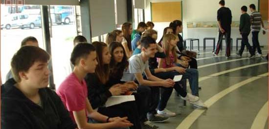 Učenici slušaju izlaganje skupina