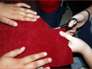 Učenici izrezuju zastavu od tkanine