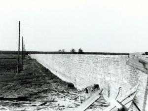 Zid oko logora, visok 3 metra, bio je izgrađen od cigle koju su izrađivali sami logoraši. Okruživao je logor sa zapadne, sjeverne i istočne strane u ukupnoj duljini od 3360 metara. Jasenovac, svibanj 1945.