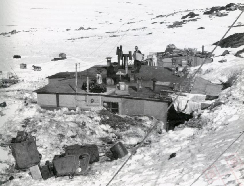 Harmonikaš na krovu postaje u lipnju 1945. godine