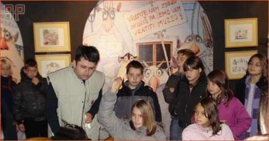 Učenici razgovaraju s kustosom Muzeja o predmetu pred sobom