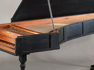 Fortepiano iz 1720. godine graditelja Cristoforija, na slici je jedan od sačuvanih primjeraka koji se nalazi u zbirci Crosby Brown u muzeju Metropolitan Museum of Art u New Yorku. Plastični prozirni pokrov štiti osjetljivu unutrašnjost od atmosferskih utjecaja.