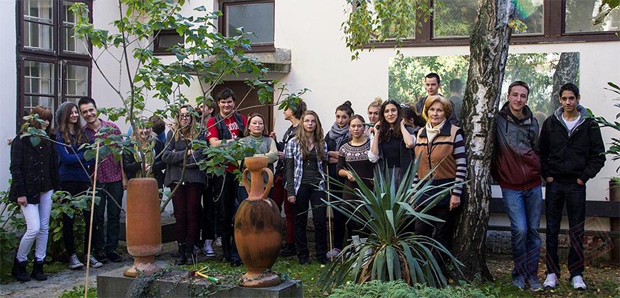 Sudionoci Projekta Šafran u Školskom  vrtu, 9. studenog 2012., u vrijeme sadnje šafrana