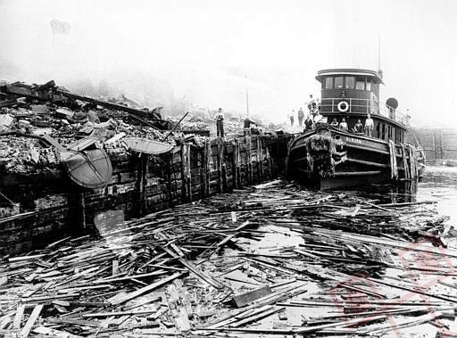 Vatrogasni brod među ostacima