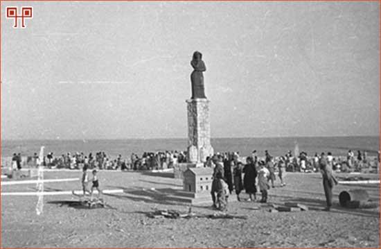 "Slika 6: Groblje i spomenik ""Majka Dalmatinka"", autor Ljubomir Garbin, 1945. [27. http://www.arhiv.hr/hr/hda/foto/fs-ovi/fototeka.htm (pristupljeno 10. lipnja 2011.)]"